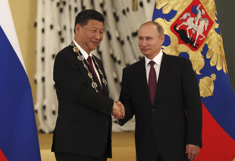 Tổng thống Nga Vladimir Putin (T) bắt tay chủ tịch Trung Quốc Tập Cận Bình tại điện Kremlin, Matxcơva, ngày 04/07/2017.