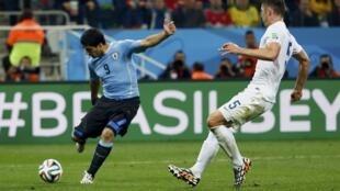 Luis Suarez, principal personagem da vitória uruguaia contra a Inglaterra, nesta quinta (19).
