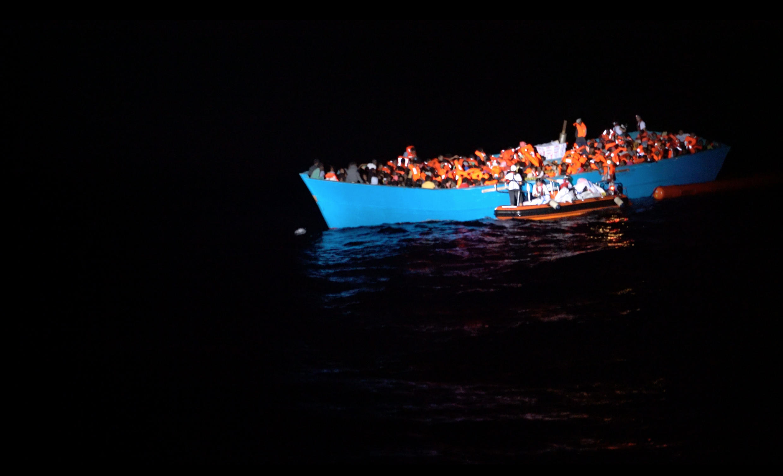 Le bateau secouru par SOS Méditerranée, avec plus de 720 personnes à bord.