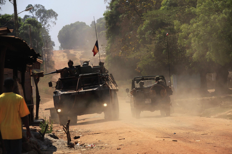 Французский военный патруль в деревне к северу от Банги 02/01/2014