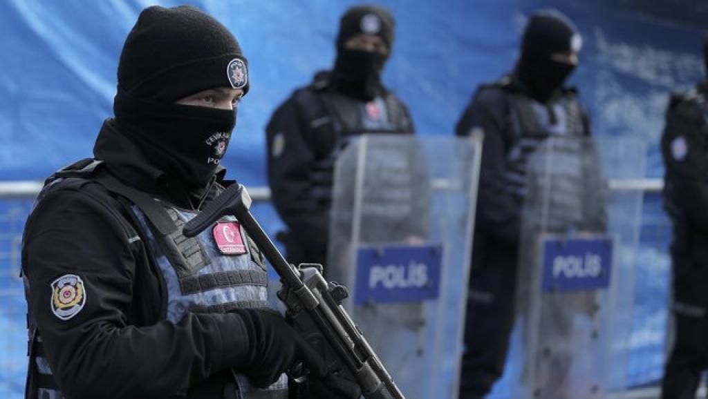 Cảnh sát Thổ Nhĩ Kỳ gác bên ngoài hộp đêm Reina, Istanbul, 01/01/2017.