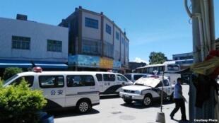 图为多辆公安警车停守在乌坎街道