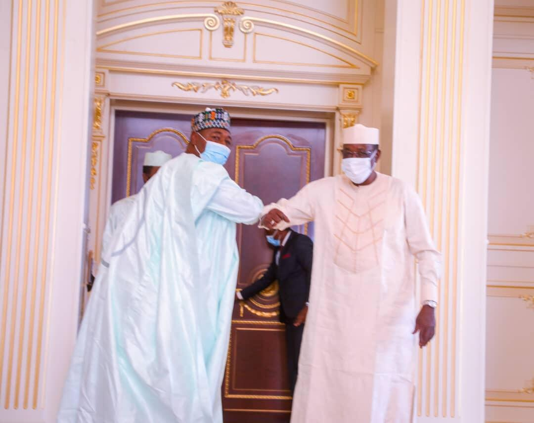Shugaban kasar Chadi Idris Deby yayin karbar bakuncin gwamnan jihar Borno daga Najeriya Farfesa Babagana Umara Zulum a birnin Ndjamena