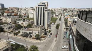 Vue aérienne des rues de Ramallah vidées de sa population en période de confinement, le 23 mars 2020.