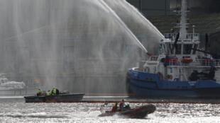 Des navires en action à Rouen avec de puissantes lances à incendie, le 26 septembre 2019, quelques heures après le déclenchement de la catastrophe de l'usine Lubrizol.