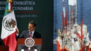 El presidente mexicano, Enrique Peña Nieto, en el Palacio Nacional, durante el acto de promulgación de las nuevas leyes energéticas el 11 de agosto de 2014.
