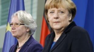 La chancelière allemande Angela Merkel et Annette Schavan, ministre de l'Education démissionnaire, le 09 février 2013.