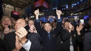Ông Jack Ma vui mừng Alibaba lên sàn chứng khoán thành công.