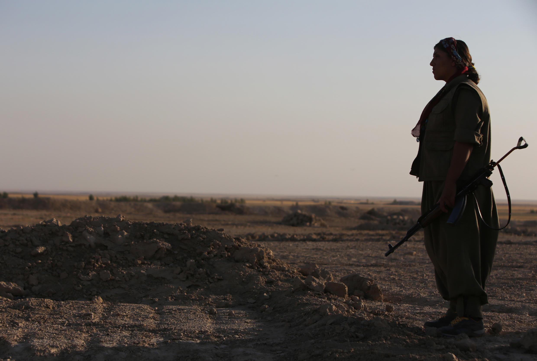 Uma combatente do PKK patrulha a zona de Makhmur, no Iraque.