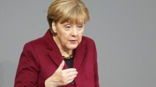 """Na Alemanha, a chanceler Angela Merkel lembra que o """"sucesso""""  contra a Covid-19 é """"frágil"""". Mas país quer retomar a economia. REUTERS/Hannibal Hanschke"""
