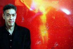 تابلو مسیح در ادرار یک بار نیز در سال 1997 در استرالیا مورد تهاجم قرار گرفته بود. این عکس در همان سال از هنرمند در کنار تابلو آسیب دیده گرفته شده است