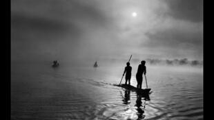 En la región del alto Xingu del Mato Grosso en Brasil, un grupo de indios waura pescan en el Lago Puilanga, cerca de su pueblo.