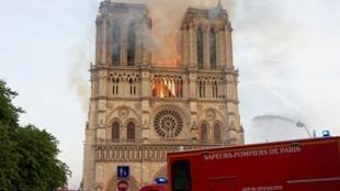 Ce n'est que 30 minutes plus tard, alors que l'alarme incendie retentit une deuxième fois, que les secours ont été prévenus.