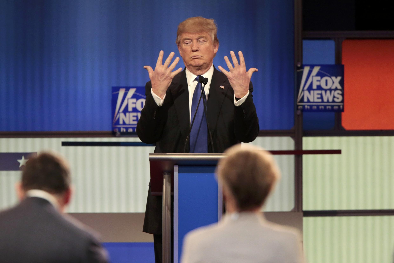 Trump montrant ses mains, en réponse à Rubio.