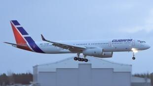 Foto ilustrativa mostra avião da companhia aérea Cubana de Aviación em Havana.