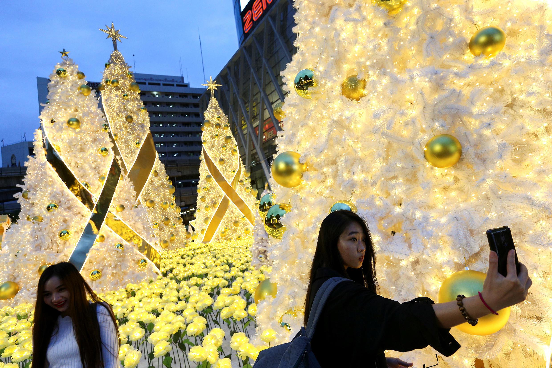 """В Таиланде новогоднее убранство традиционного """"королевского"""" желтого цвета"""
