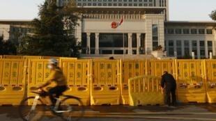 Hàng rào phía trước trụ sở Tòa án Tối cao tỉnh Sơn Đông, thành phố Tế Nam, Trung Quốc, 24/10/2013