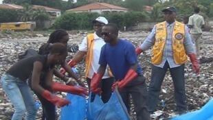 L'association Les sacs bleus s'engage à assainir l'environnement pour un meilleur cadre de vie en Guinée