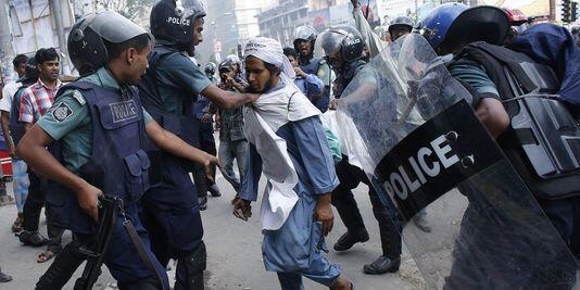 Waandamanaji wakitawanywa na polisi, mjini Dhaka