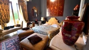 Le mobilier d'une «Suite Mlle Chanel» du Ritz Paris, partie de quelque 10 000 objets Ritz mis aux enchères, est exposé à la salle des ventes Artcurial à Paris.