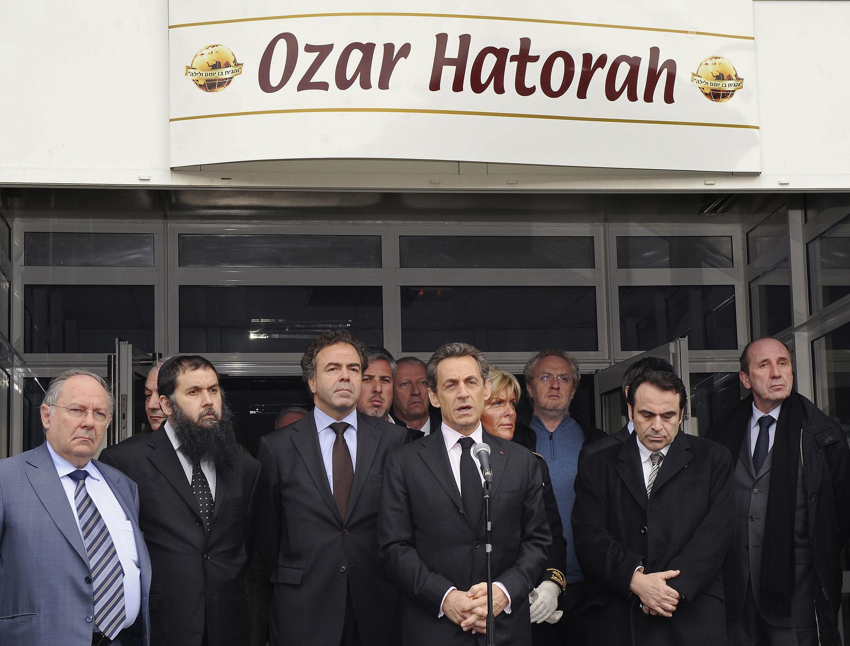 Tổng thống Pháp Nicolas Sarkozy và nhiều chính trị gia đã tới ngay nơi xẩy ra vụ thảm sát, trong ngày 19/03/2011