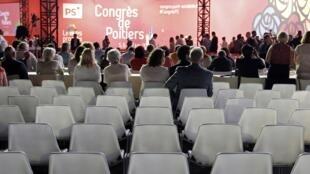 Chaises vides au congrès du PS à Poitiers, le 6 juin 2015.