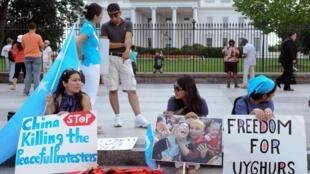 Ảnh tư liệu: Người Duy Ngô Nhĩ biểu tình trước Nhà Trắng, Washington (Mỹ), ngày 28/07/2009 để phản đối chính sách đàn áp của Trung Quốc tại vùng tự trị Tân Cương.