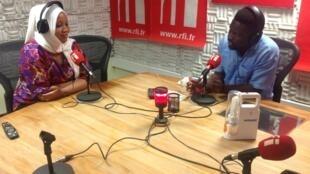 Msanii Flora Mvungi katika studio za RFI Kiswahili jijini Dar es salaam na mtangazaji Ali Bilali