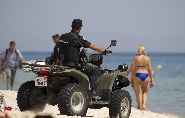 Un policier patrouille sur les lieux de l'attentat à Sousse, le 29 juin 2015.