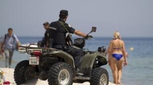 Полицейский патруль на пляже в Сусе, Тунис, 29 июня 2015.