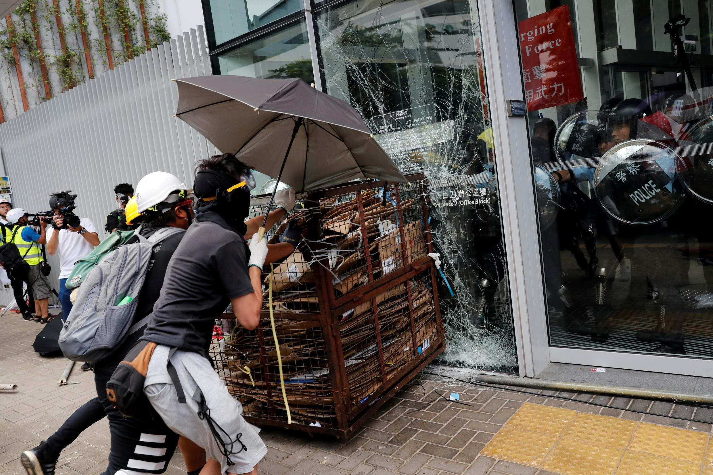 Cảnh sát để yên cho người biểu tình trong nhiều tiếng đồng hồ dùng các dụng cụ thô sơ để cố đập vỡ kính tòa nhà Nghị Viện Hồng Kông, ngày 01/07/2019. Liệu đây có phải là một cái bẫy?