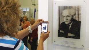 Una visitante del Museo de la Independencia de Tel Aviv fotografía el 3 de mayo de 2018 un retrato del fallecido primer ministro David Ben-Gurion, que declaró el estado de Israel