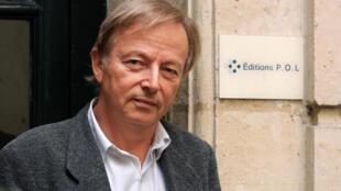 Paul Otchakovsky-Laurens devant les locaux de sa maison d'édition, P.O.L., à Paris, le 10 septembre 2001.