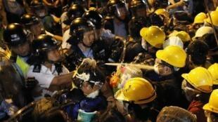 La police de Hong Kong a fait usage de gaz au poivre pour repousser les militants prodémocratie. Quarante personnes ont été interpellées durant la nuit tandis que 11 policiers ont été blessés, a annoncé la police.