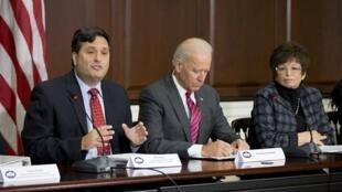 Durante o governo de Barack Obama, Klain coordenou na Casa Branca a crise do ebola em 2014.