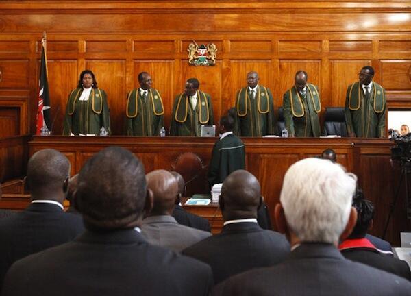 Majaji Sita wa Mahakama Kuu nchini Kenya wakiongozwa na Jaji Mkuu Dr Willy Mutunga kabla ya kutoa uamuzi wa kesi ya kupinga matokeo ya Uchaguzi
