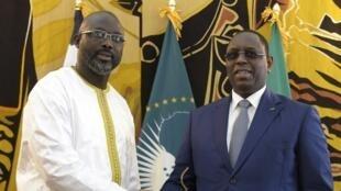 Rais wa Liberia George Weah (kushoto) akipokelewa na mwenyeji wake wa Senegal Macky Sall tarehe 15 Februari 2018, huko Dakar.