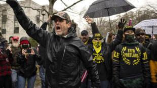 Des partisans de Donald Trump manifestant à Salem, dans l'Oregon, le 6 janvier 2021, tandis que d'autres pénétraient dans le Capitole à Washington D.C.