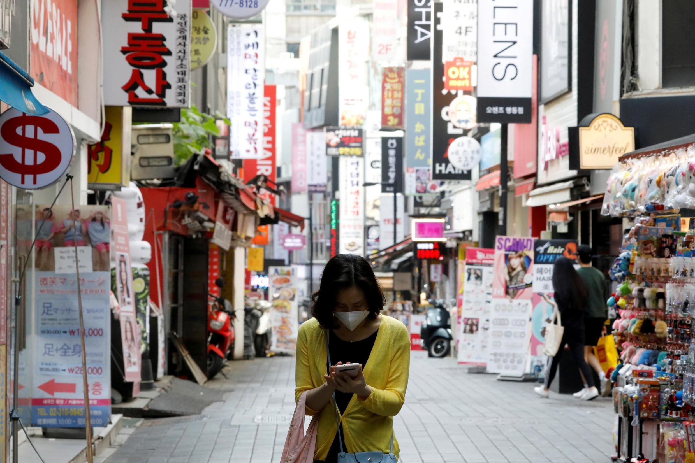 Une femme masquée marchant dans les rues de Séoul, le 28 mai 2020.