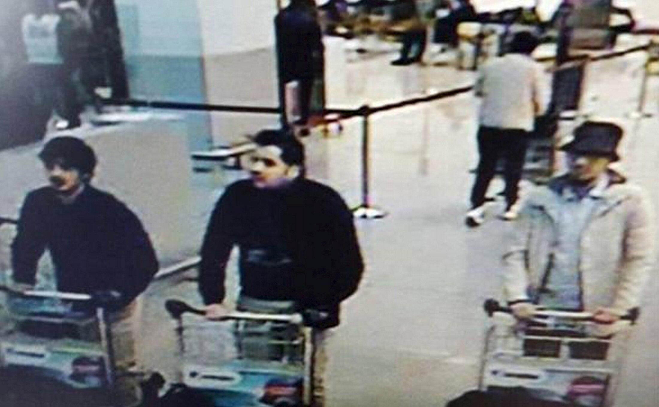 Najim Laachraoui (T), người chuẩn bị vũ khí cho loạt khủng bố ở Paris và Mohamed Abrini (P), kẻ khủng bố duy nhất sống sót sau vụ khủng bố sân bay Bruxelles. Ảnh chụp từ camera theo dõi ngày 22/03/2016.