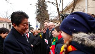En Lituanie, Shinzo Abe a été accueillie par des enfants lors de sa visite à la maison du diplomate Chiune Sugihara, le «Schindler nippon», qui a sauvé des milliers de juifs, il y a plus de 77 ans.