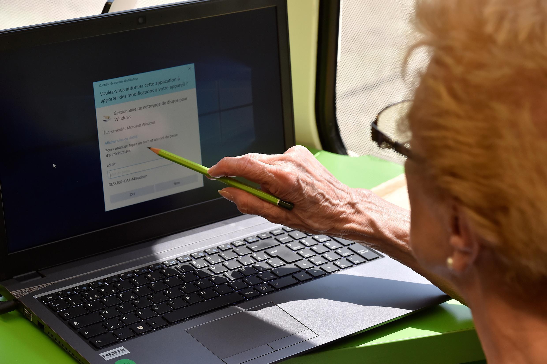 Một cụ già đang học truy cập Internet tại trong chương trình phổ cập tin học cho người cao tuổi tại Villandraut, tây nam Pháp ngày 22/05/2018.