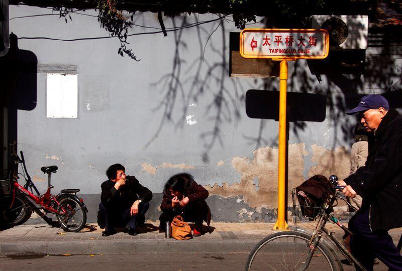 北京街头抽烟者26102010