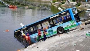 被打捞上来的事发公交车资料图片