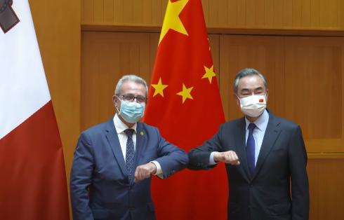 中国国务委员兼外长王毅与马耳他外长巴尔托洛资料图片