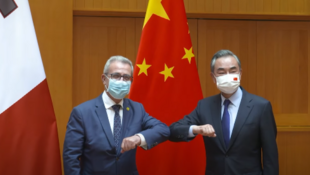 中國國務委員兼外長王毅與馬耳他外長巴爾托洛資料圖片