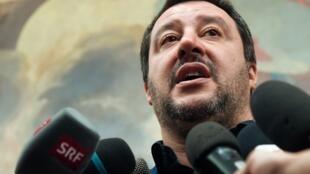 Le ministre italien de l'Intérieur Matteo Salvini, lors d'une conférence de presse à Rome, le 11 février 2019 au lendemain de la victoire de la coalition de droite et d'extrême droite dans la région des Abruzzes.
