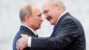 Le président russe Vladimir Poutine (à gauche) et son homologue biélorusse Alexandre Loukachenko (à droite), à Minsk le 10 octobre 2014.