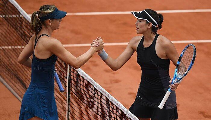 Garbine Muguruza 'yar kasar Spain a bangaren dama, a lokacin da Maria Sharapova ta Rasha da ke bangaren hagu, ke yi mata murnar kai wa wasan kusa da na karshe a gasar Roland Garros.