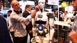 El robot  InMoov, en el Salón VivaTech en  Paris, 25 mayo 2018.